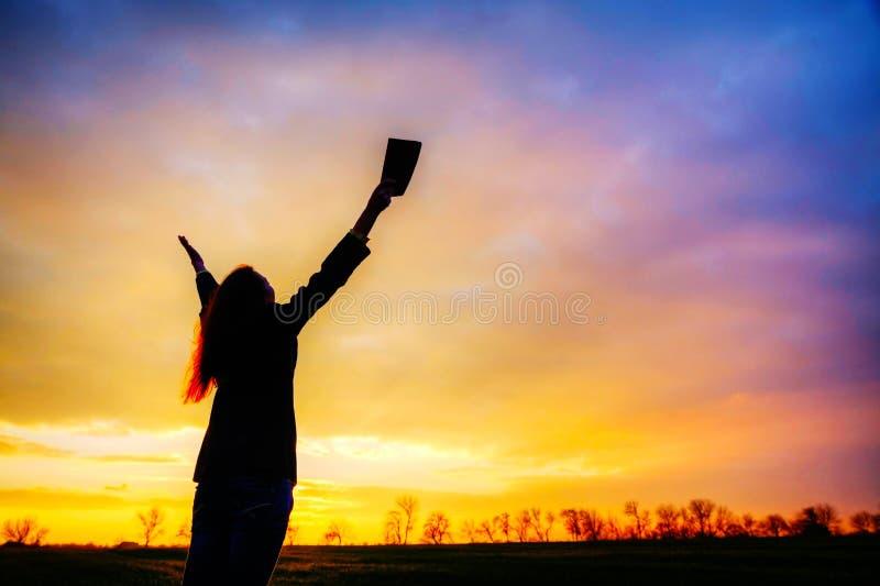 Γυναίκα που μένει με τα αυξημένα χέρια στοκ φωτογραφία με δικαίωμα ελεύθερης χρήσης