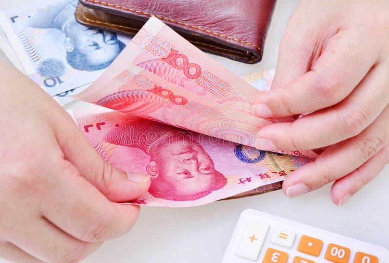 Γυναίκα που μετρά τα κινεζικά yuan τραπεζογραμμάτια στοκ εικόνες