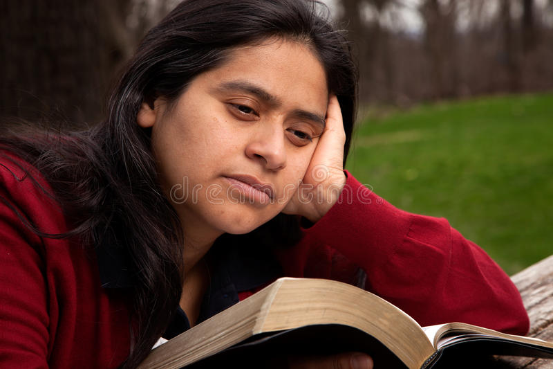 Γυναίκα που μελετά τη Βίβλο στοκ φωτογραφία με δικαίωμα ελεύθερης χρήσης