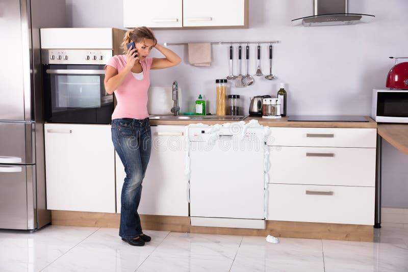 Γυναίκα που μιλά στο κινητό τηλέφωνο στοκ φωτογραφία με δικαίωμα ελεύθερης χρήσης