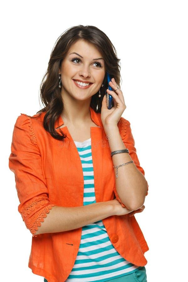 Γυναίκα που μιλά στο κινητό τηλέφωνο στοκ εικόνες