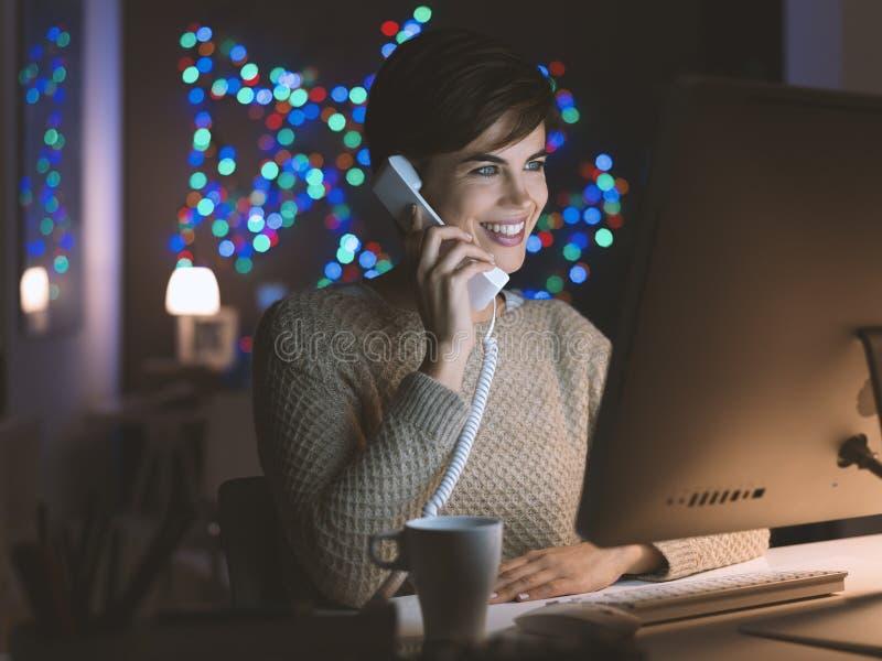 Γυναίκα που μιλά στο τηλέφωνο αργά τη νύχτα στοκ φωτογραφίες