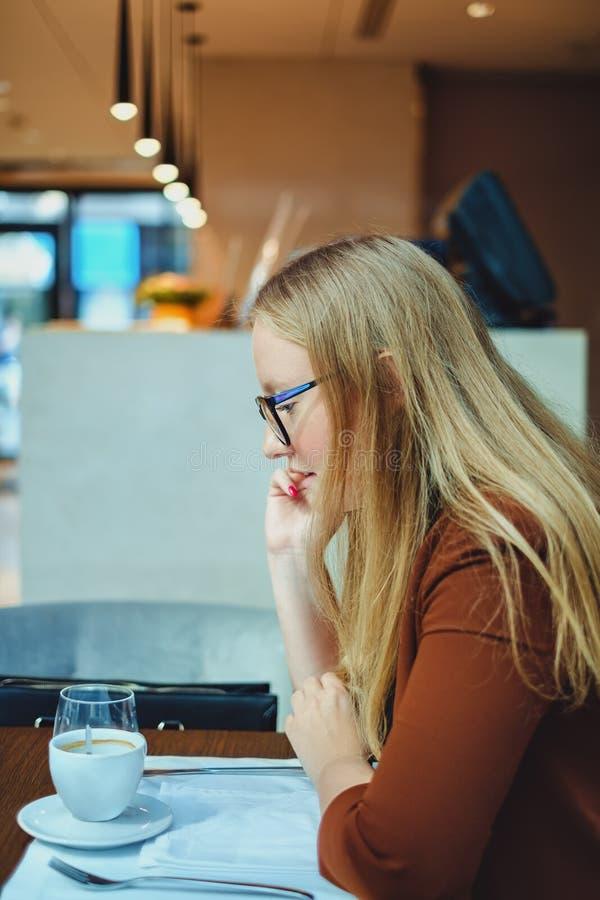 Γυναίκα που μιλά στο τηλέφωνο στο εστιατόριο στοκ εικόνες