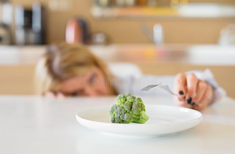 Γυναίκα που μισεί τη διατροφή της στοκ φωτογραφία με δικαίωμα ελεύθερης χρήσης