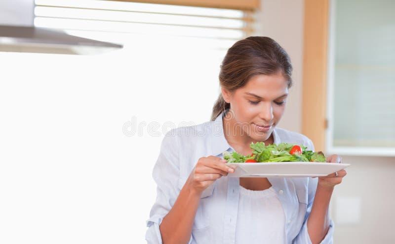 Γυναίκα που μυρίζει μια σαλάτα στοκ φωτογραφίες