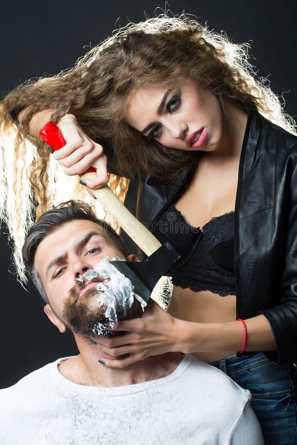 Γυναίκα που ξυρίζει τον όμορφο γενειοφόρο άνδρα στοκ εικόνα