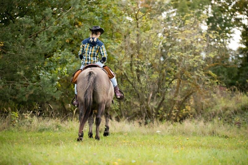 Γυναίκα που οδηγά ένα άλογο στοκ φωτογραφίες με δικαίωμα ελεύθερης χρήσης