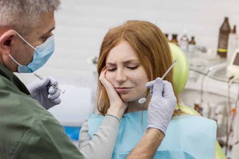 Γυναίκα που πάσχει από τον πονόδοντο - οδοντικό πρόβλημα στοκ φωτογραφία