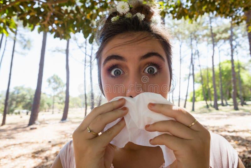 Γυναίκα που πάσχει από το κρύο και τη γρίπη στοκ εικόνες