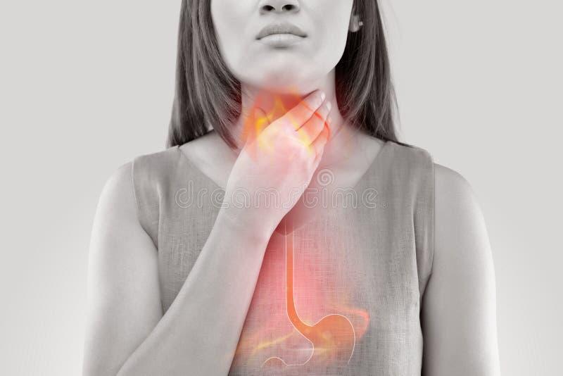 Γυναίκα που πάσχει από όξινο reflux στοκ εικόνες