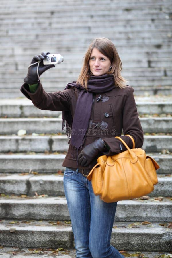 γυναίκα που παίρνει ένα μόνος-πορτρέτο στοκ φωτογραφίες
