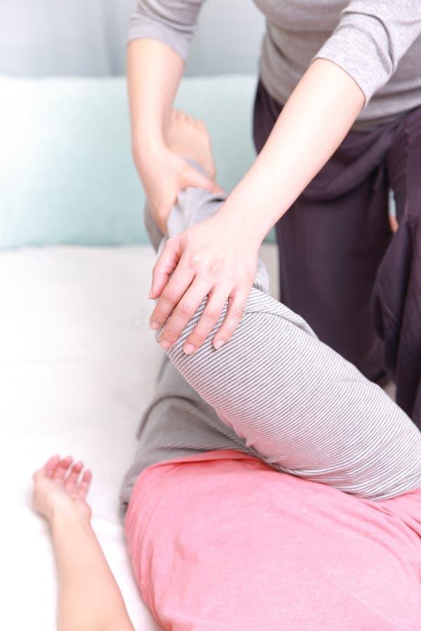 Γυναίκα που παίρνει ένα πόδι massage  στοκ εικόνες