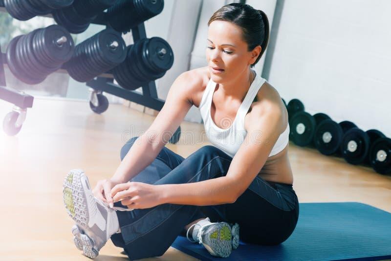 Γυναίκα που παίρνει έτοιμη για την κατάρτιση στη γυμναστική στοκ φωτογραφίες με δικαίωμα ελεύθερης χρήσης