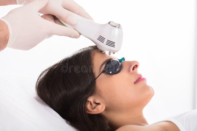 Γυναίκα που παίρνει μια επεξεργασία δερμάτων υπερήχου στοκ φωτογραφία με δικαίωμα ελεύθερης χρήσης