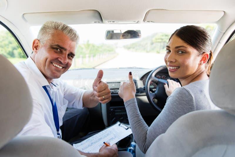 Γυναίκα που παίρνει τα οδηγώντας μαθήματα στοκ εικόνες