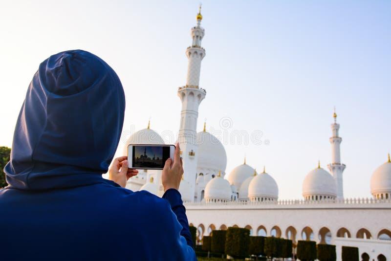 Γυναίκα που παίρνει την εικόνα Sheikh του μεγάλου μουσουλμανικού τεμένους Zayed στοκ φωτογραφίες