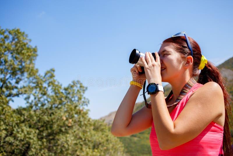 Γυναίκα που παίρνει το βουνό υποβάθρου εικόνων στοκ εικόνα με δικαίωμα ελεύθερης χρήσης