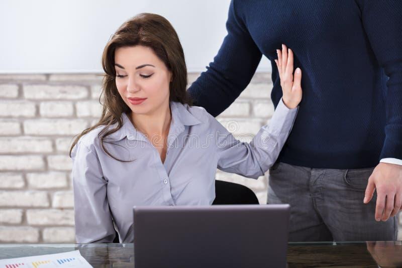 Γυναίκα που παρενοχλείται νέα από έναν άνδρα στοκ φωτογραφία με δικαίωμα ελεύθερης χρήσης