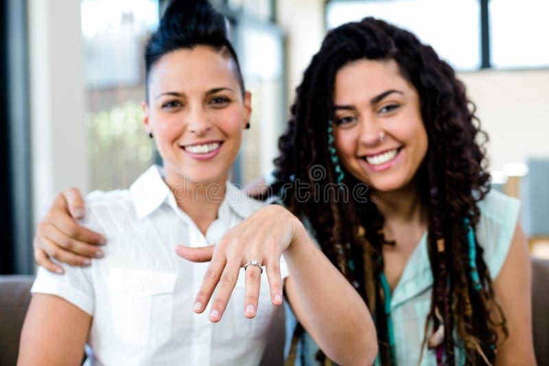 Γυναίκα που παρουσιάζει δαχτυλίδι δάχτυλών της στοκ εικόνα με δικαίωμα ελεύθερης χρήσης