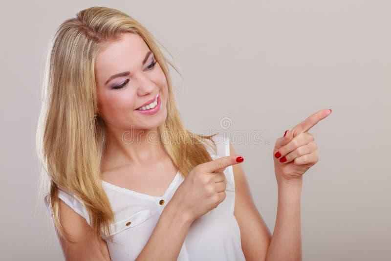 Γυναίκα που παρουσιάζει διάστημα αντιγράφων που δείχνει με το δάχτυλο στοκ εικόνες με δικαίωμα ελεύθερης χρήσης