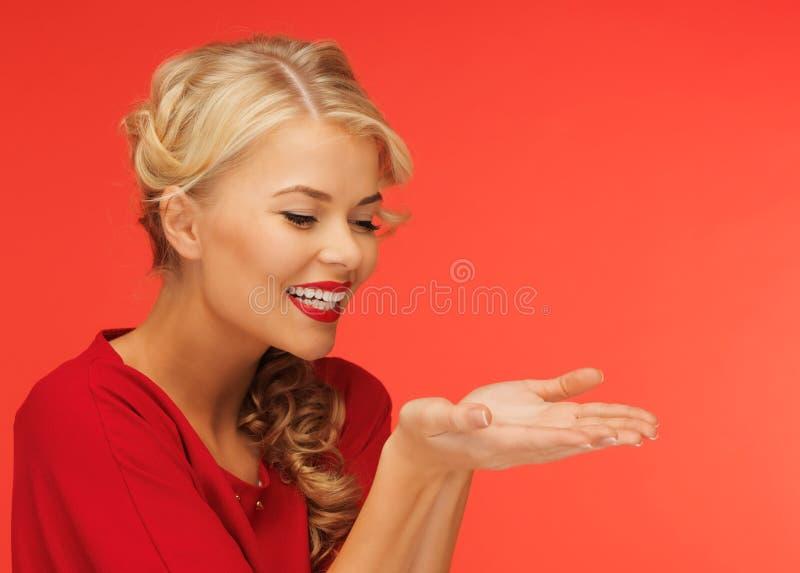 Γυναίκα που παρουσιάζει κάτι στους φοίνικες στοκ φωτογραφία με δικαίωμα ελεύθερης χρήσης