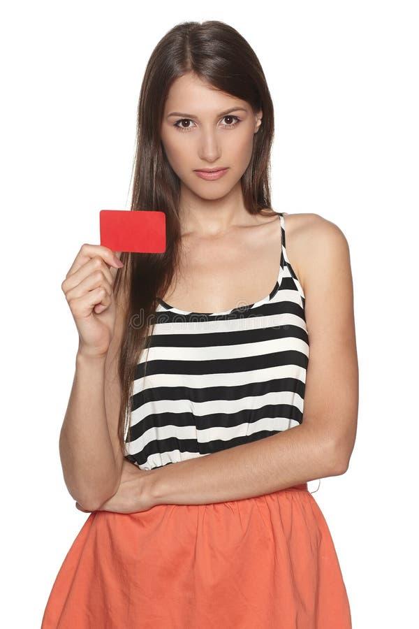 Γυναίκα που παρουσιάζει κενή πιστωτική κάρτα στοκ φωτογραφία με δικαίωμα ελεύθερης χρήσης