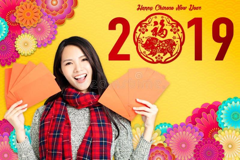 γυναίκα που παρουσιάζει κόκκινους φακέλους για το κινεζικό νέο έτος Κινεζικό τ στοκ εικόνες