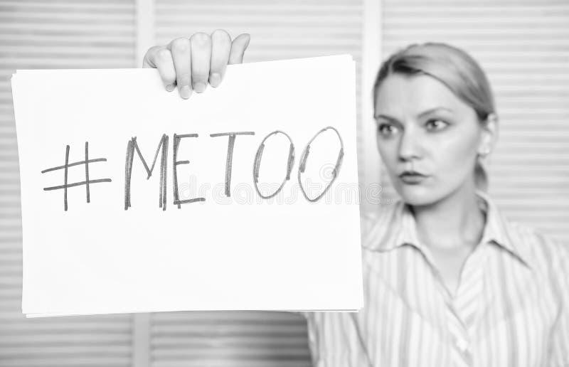 Γυναίκα που παρουσιάζει μια σημείωση με την απομίμηση κειμένων Γόνατο αφής Σεξουαλική προσοχή γυναικείων γραμματέων στο συνάδελφο στοκ εικόνα
