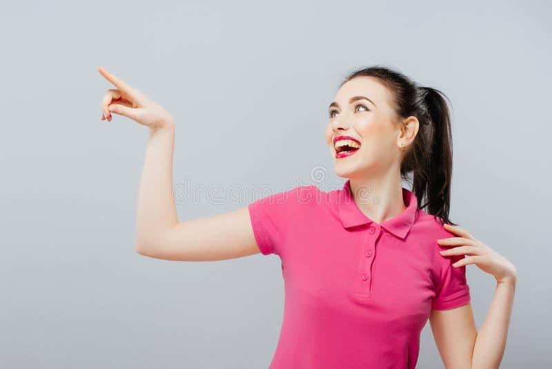 Γυναίκα που παρουσιάζει σημάδι που φαίνεται ευτυχής συγκινημένος Διαφήμιση στοκ φωτογραφίες