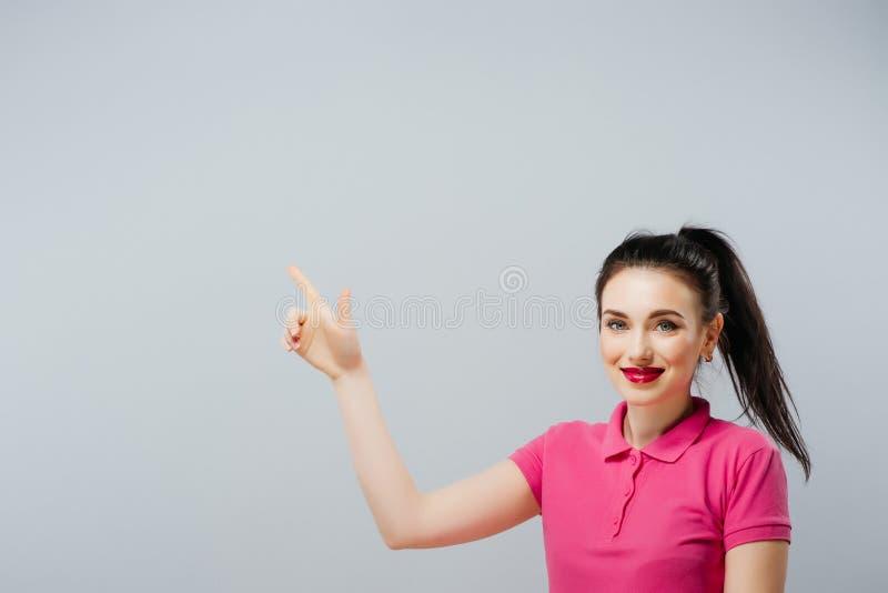 Γυναίκα που παρουσιάζει σημάδι που φαίνεται ευτυχής συγκινημένος Διαφήμιση στοκ φωτογραφίες με δικαίωμα ελεύθερης χρήσης