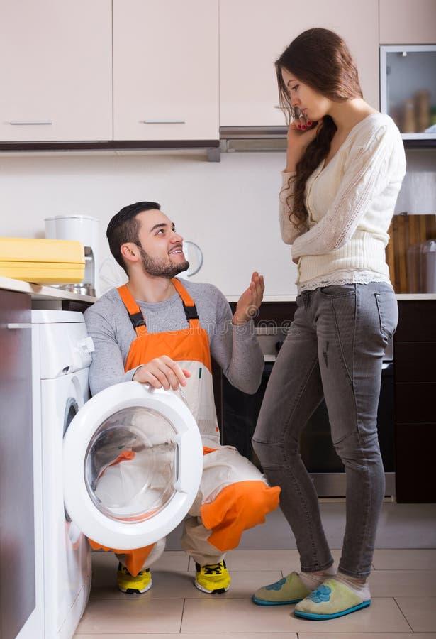 Γυναίκα που παρουσιάζει σπασμένο πλυντήριο στοκ εικόνες με δικαίωμα ελεύθερης χρήσης