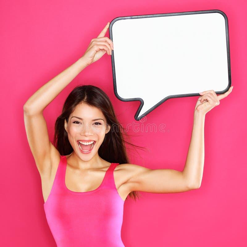 Γυναίκα που παρουσιάζει στη λεκτική φυσαλίδα σημαδιών ευτυχή προκλητικό στοκ φωτογραφίες