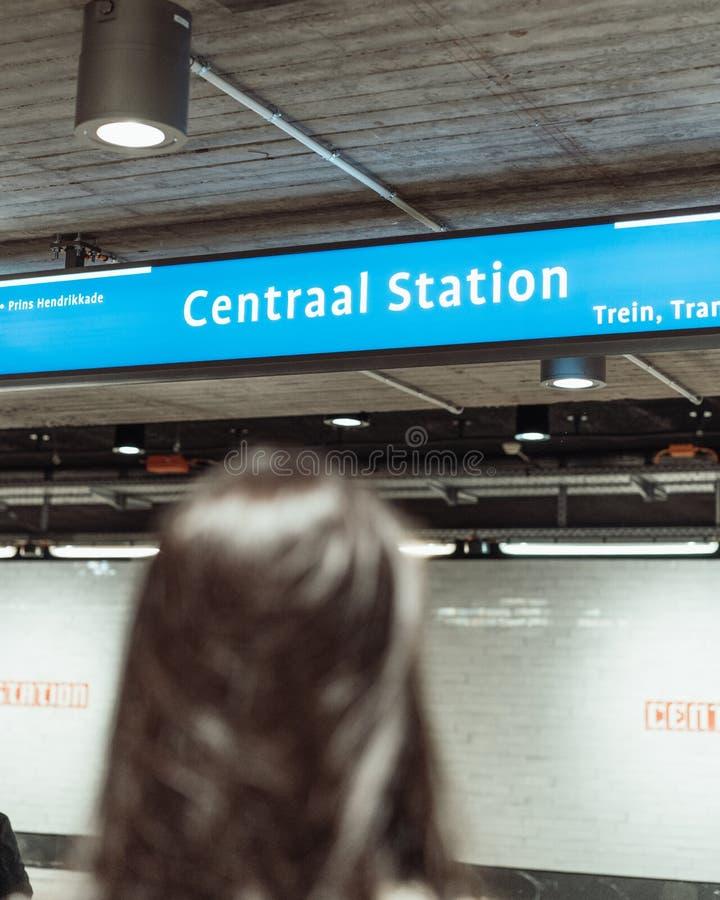 Γυναίκα που περιμένει στο Άμστερνταμ υπόγεια τον υπόγειο στοκ φωτογραφία με δικαίωμα ελεύθερης χρήσης