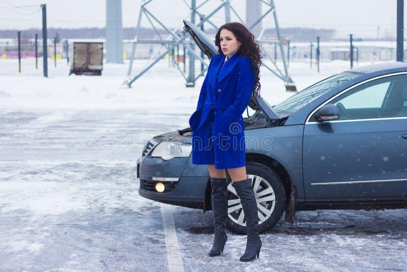 Γυναίκα που περιμένει τη βοήθεια ακρών του δρόμου στοκ φωτογραφία με δικαίωμα ελεύθερης χρήσης