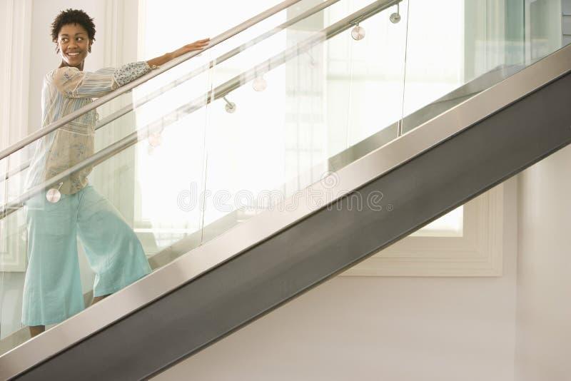 Γυναίκα που περπατά επάνω τα σκαλοπάτια στοκ εικόνες