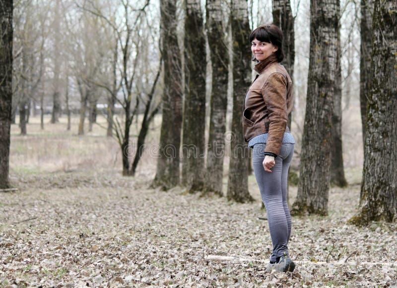 Γυναίκα που περπατά κάτω από την αλέα στοκ εικόνες