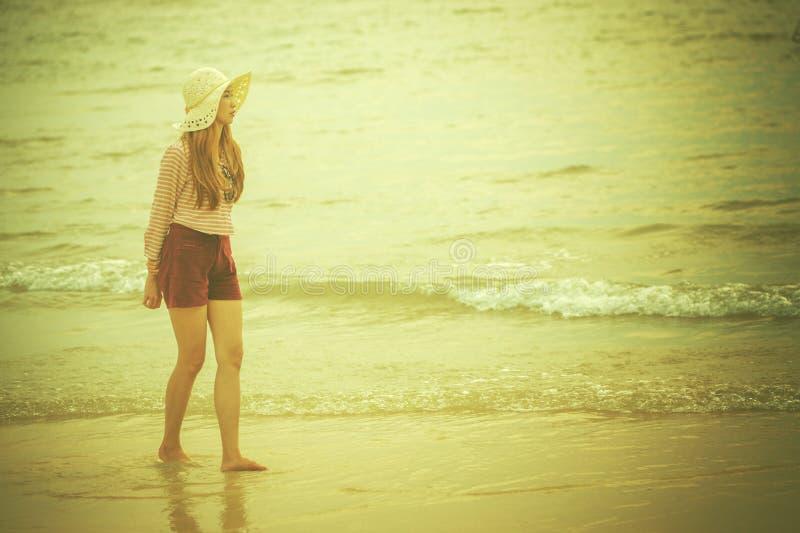 Γυναίκα που περπατά κατά μήκος της παραλίας στοκ φωτογραφία με δικαίωμα ελεύθερης χρήσης