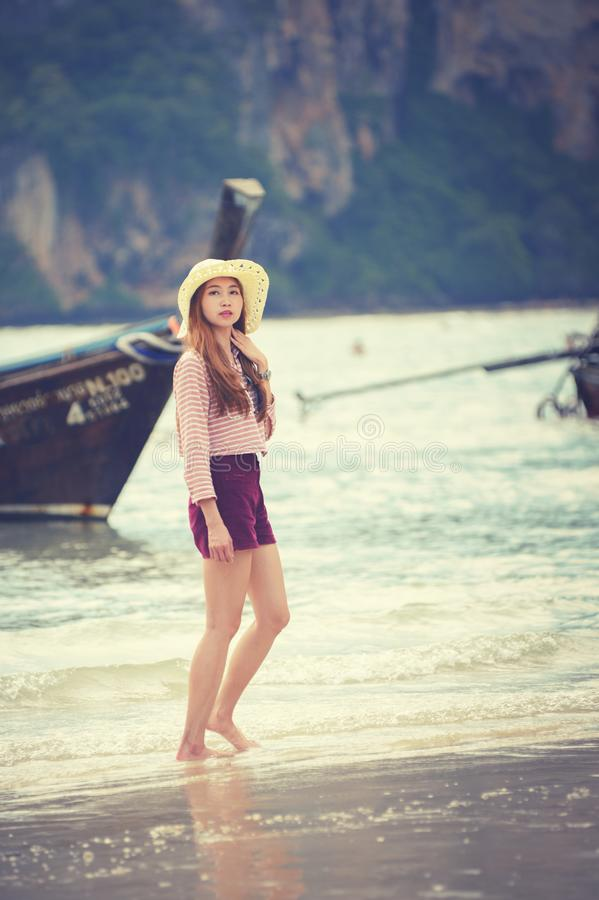 Γυναίκα που περπατά κατά μήκος της παραλίας στοκ εικόνα με δικαίωμα ελεύθερης χρήσης