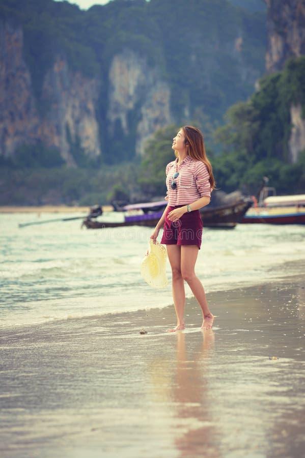 Γυναίκα που περπατά κατά μήκος της παραλίας στοκ εικόνες