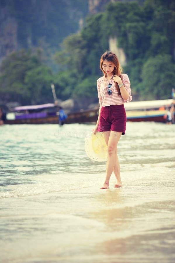 Γυναίκα που περπατά κατά μήκος της παραλίας στοκ φωτογραφία