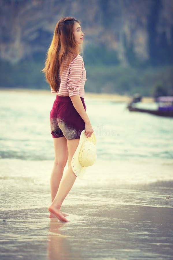 Γυναίκα που περπατά κατά μήκος της παραλίας στοκ εικόνες με δικαίωμα ελεύθερης χρήσης