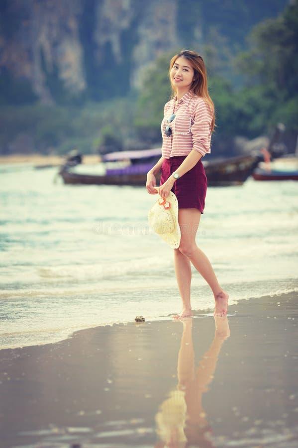 Γυναίκα που περπατά κατά μήκος της παραλίας στοκ εικόνα