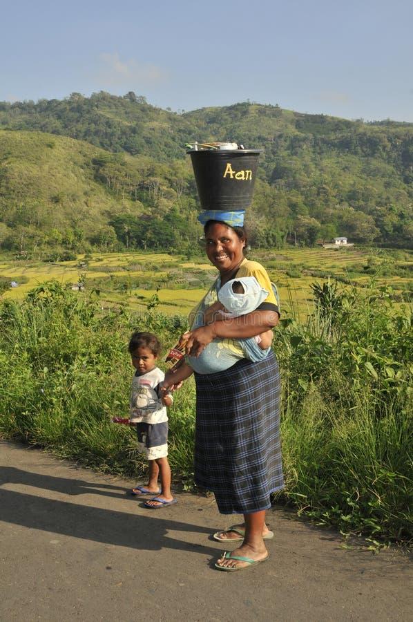 Γυναίκα που περπατά κατά μήκος του δρόμου με το παιδί στοκ φωτογραφία με δικαίωμα ελεύθερης χρήσης