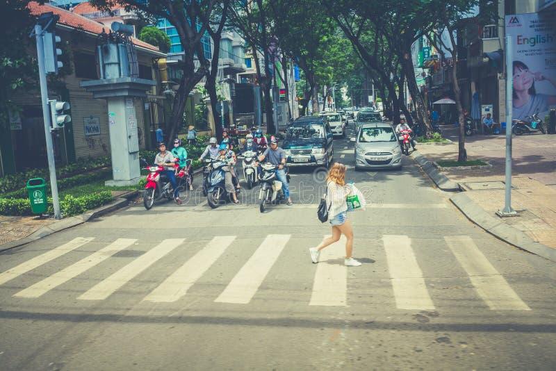 Γυναίκα που περπατά πέρα από τη διάβαση πεζών στοκ εικόνα με δικαίωμα ελεύθερης χρήσης