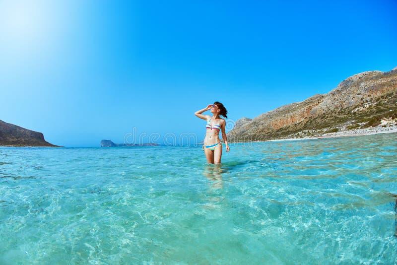 Γυναίκα που περπατά στην παραλία στοκ εικόνες με δικαίωμα ελεύθερης χρήσης