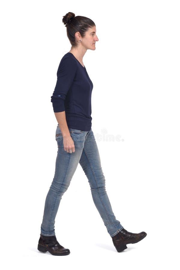 Γυναίκα που περπατά στο άσπρο υπόβαθρο στοκ εικόνα με δικαίωμα ελεύθερης χρήσης