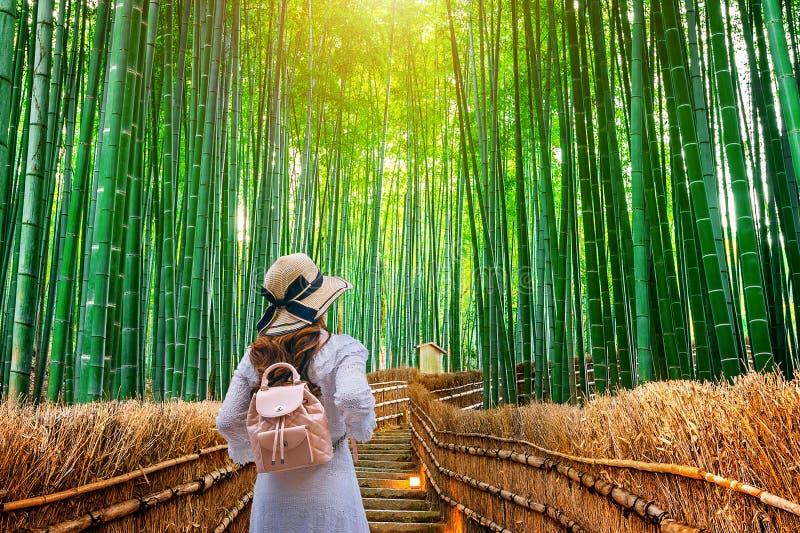 Γυναίκα που περπατά στο δάσος μπαμπού στο Κιότο, Ιαπωνία στοκ φωτογραφίες