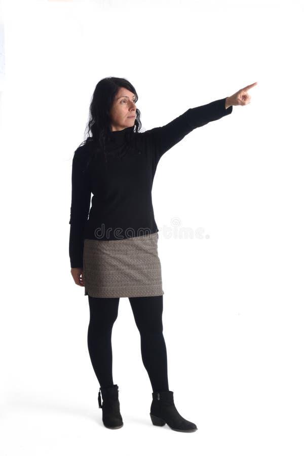 Γυναίκα που περπατά στο λευκό στοκ εικόνες με δικαίωμα ελεύθερης χρήσης