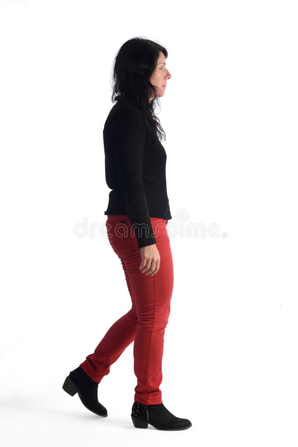Γυναίκα που περπατά στο λευκό στοκ φωτογραφία με δικαίωμα ελεύθερης χρήσης