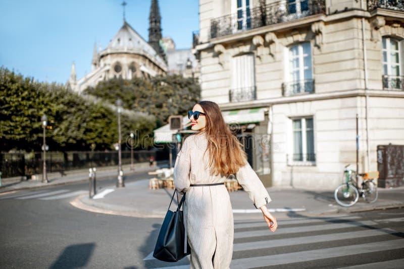 Γυναίκα που περπατά στο Παρίσι στοκ εικόνες με δικαίωμα ελεύθερης χρήσης